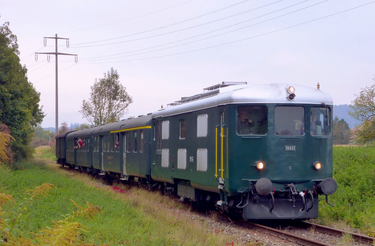 Diesellok SBB Bm 4/4 II 18451 mit Extrazug auf eingleisiger Nebenstrecke bei Rielasingen (D) am 30. September 2012 | Bild: H.U. Kneuss