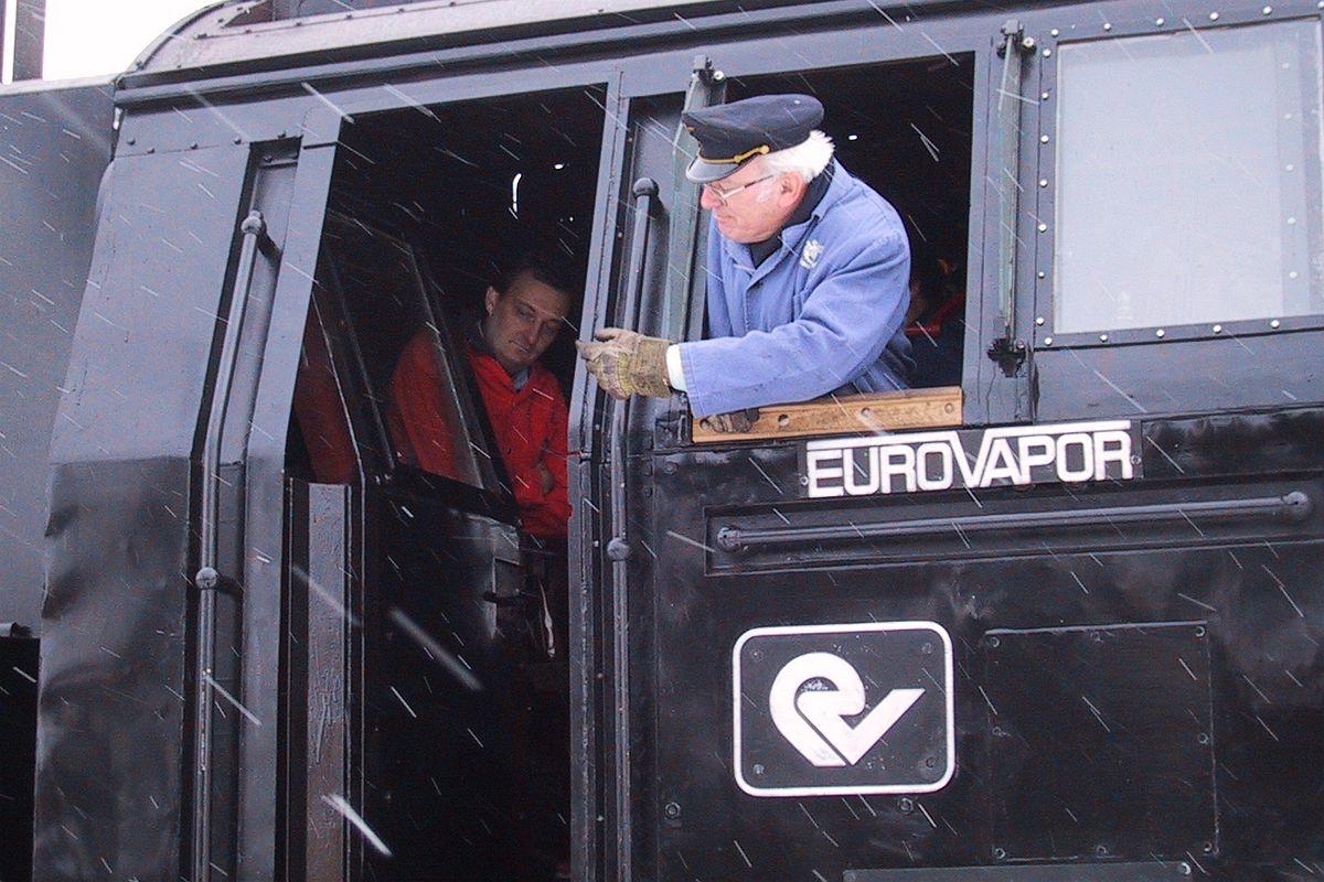 Der Dampflokführer schaut aus dem Führerstand der 23 058 nach hinten, aufgenommen anlässlich der Abnahmefahrt in Tschechien am 16. Dezember 2003 | Bild: M. Simmons