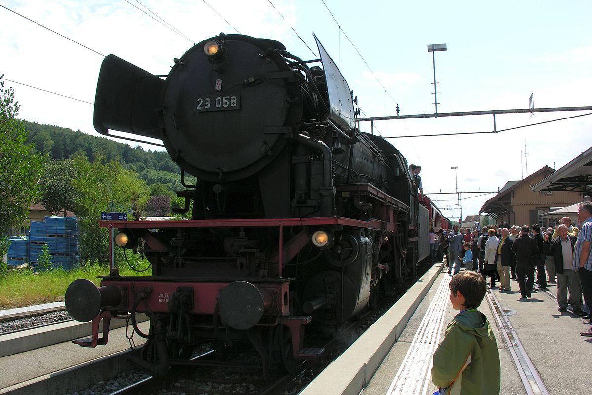 Ein Junge betrachtet die Grossdampflok 23 058 von vorne, während im Hintergrund die Fahrgäste in Bischofszell Stadt den Zug besteigen 21. Juni 2009   Bild: Denise Giesser