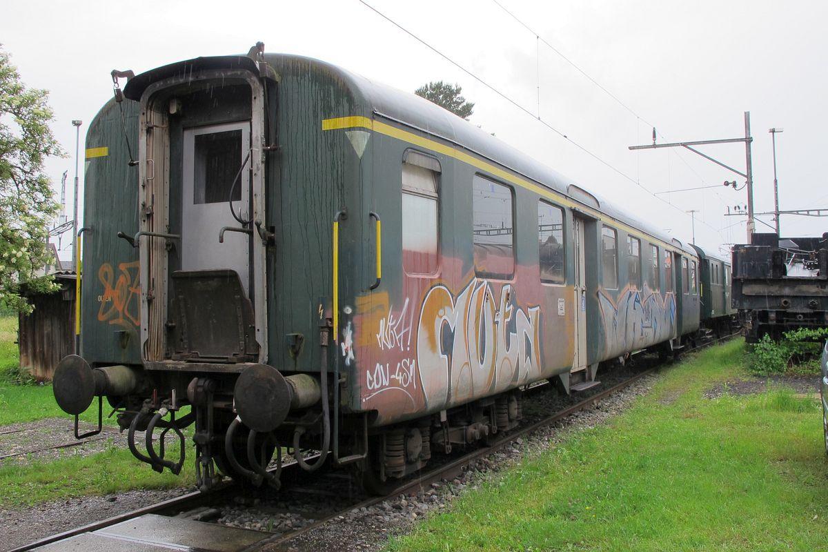Leichtstahlwagen A 4ü 1143 steht stark versprayt auf dem Gleis vor der Remise in Sulgen 08. Juni 2012 | Bild: H.U. Kneuss