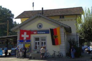 Das Aufnahmgebäude Koblenz festlich Geschmückt mit der Schweizer und der Deutschen Staatsflagge anlässlich des Jubiläums 150 Jahre Bahnstrecke Turgi – Koblenz – Waldshut am 23. August 2009 | Bild: M. Simmons