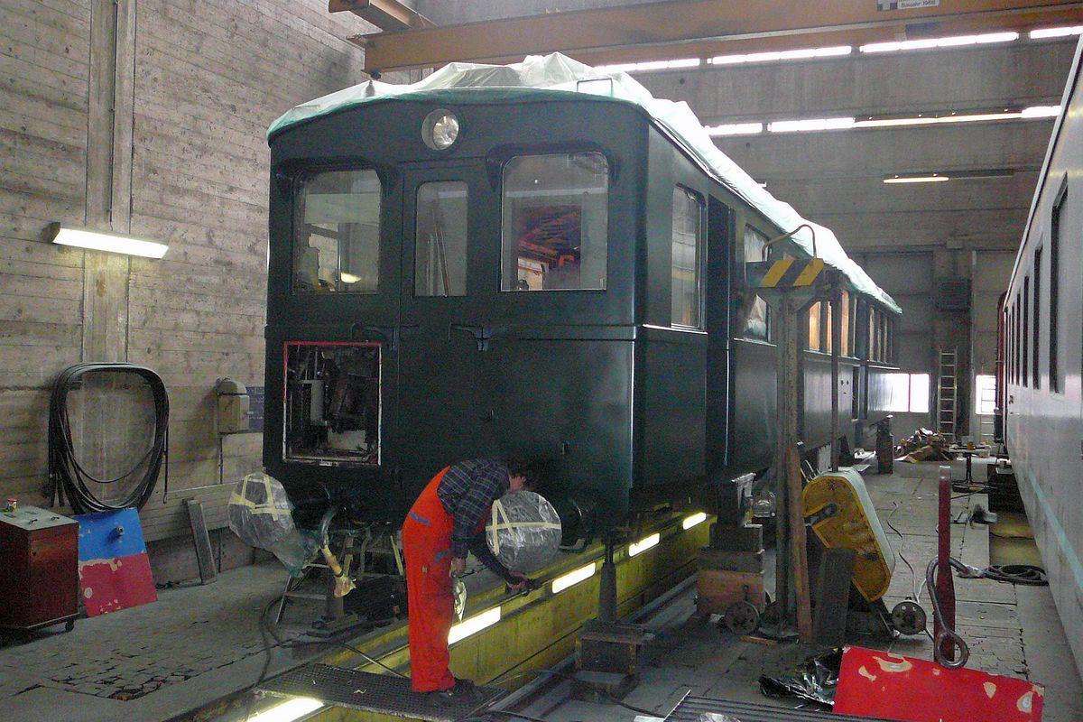 Der in der Werkhalle in Schaffhausen Rangierbahnhof aufgebockte TINO hat sein Farbkleid in den Tessinerfarben verloren und steht nun im grün des zukünftigen Apfelsaft-Express da 13.03.2013 | Bild: Sonja Gröblli