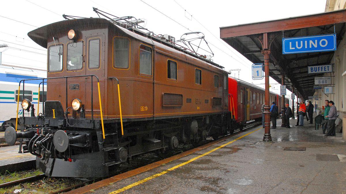Elektroveteran Be 4/4 BT-14 steht im strömenden Regen am Hausperron in Luino, Italien am 30. März 2009 | Bild: Sonja Gröbli