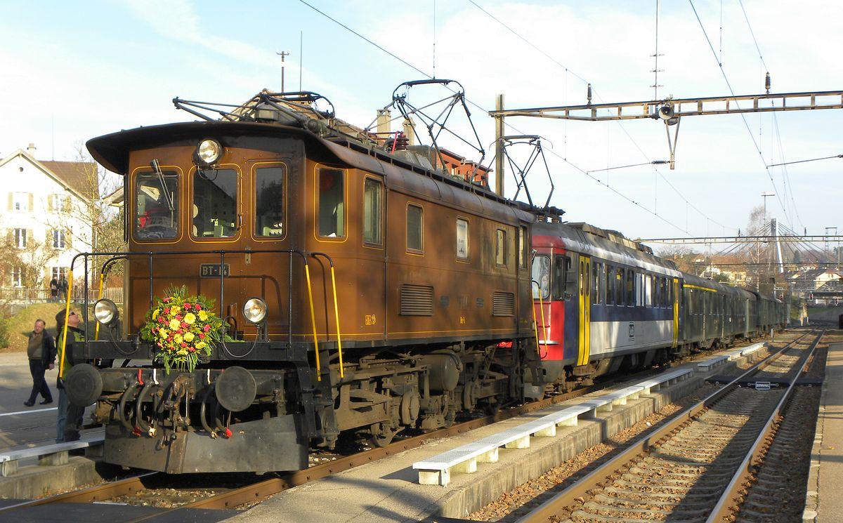 Unser Elektroveteran Be 4/4 BT-14 sonnt sich blumengeschmückt in den letzten Sonnenstrahlen im Bahnhof Winterthur Töss am 17. November 2012   Bild: M. Simmons