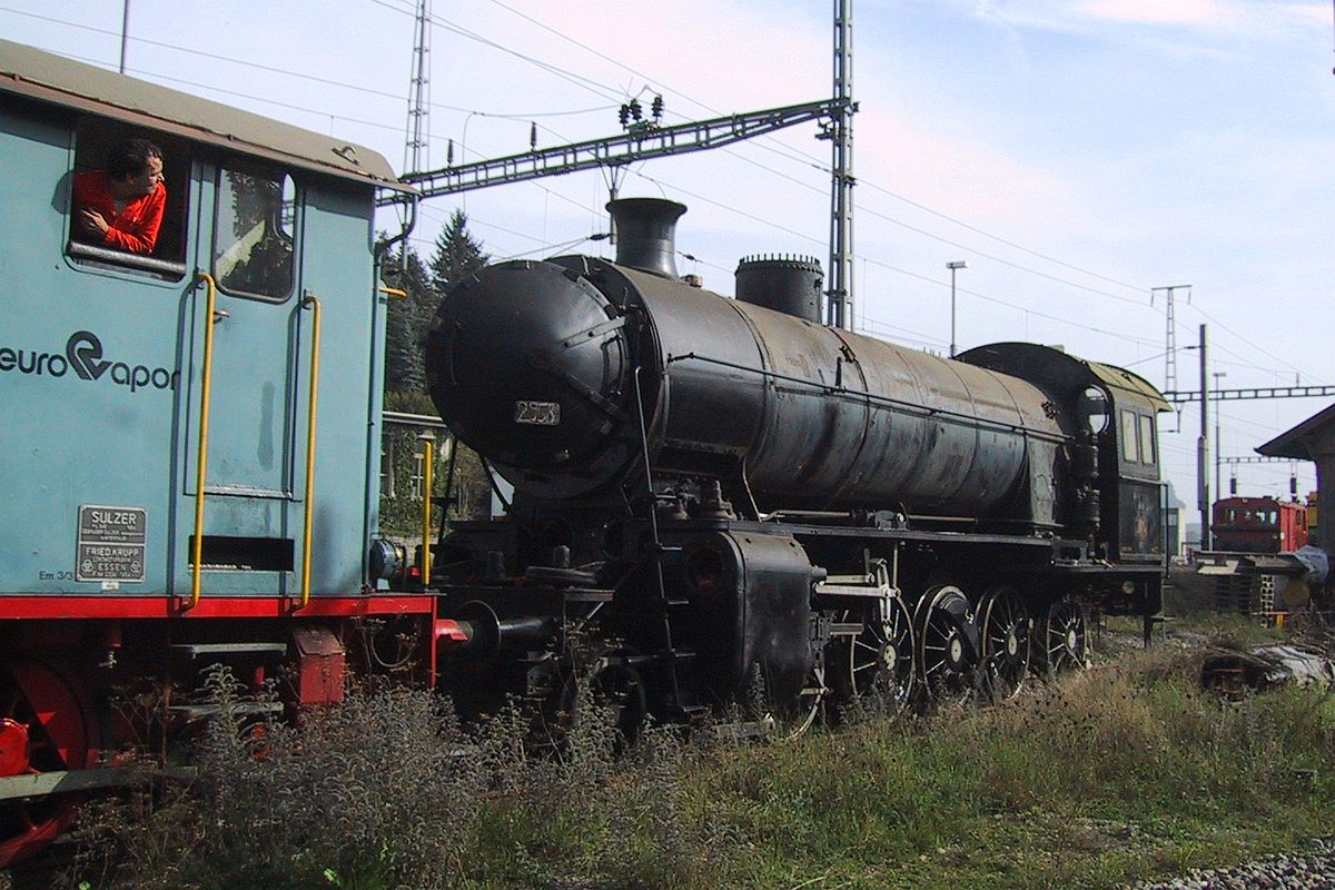 C 5/6 2958 wird in ein fahrleitungsloses Gleis verschoben 29. September 2001   Bild: M. Simmons