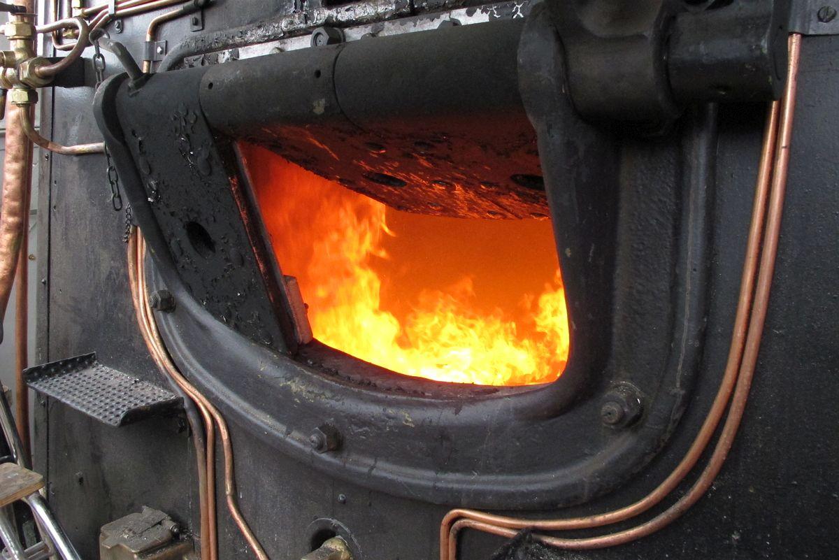 Flammen in der Feuerbüchse unserer C 5/6 2969! Bald steigt der Druck um die Druckprobe bei warmen Kessel durchführen zu können 21.10.2016 | Bild: H.U. Kneuss