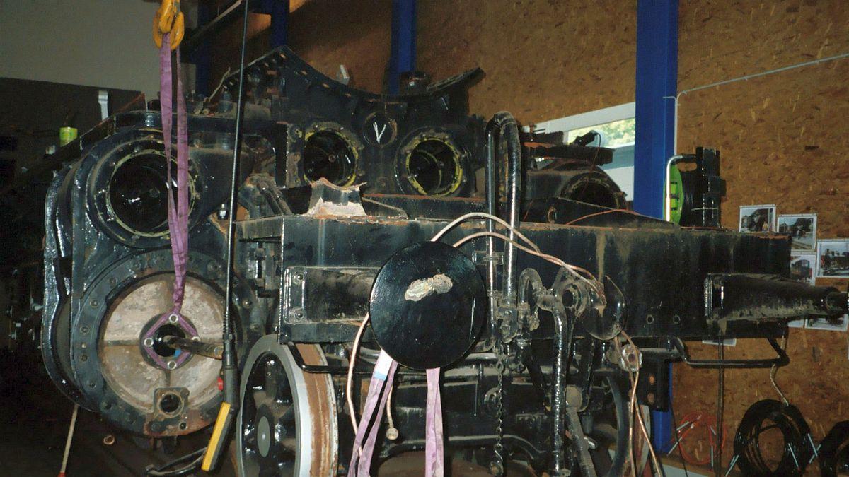 Ansicht von vorne auf die offenen Aussen- und Innenzylinderblöcke der C 5/6 2969 während der Revision in der BDB-Werkstatt in Interlaken  Bild: H.P. Leu
