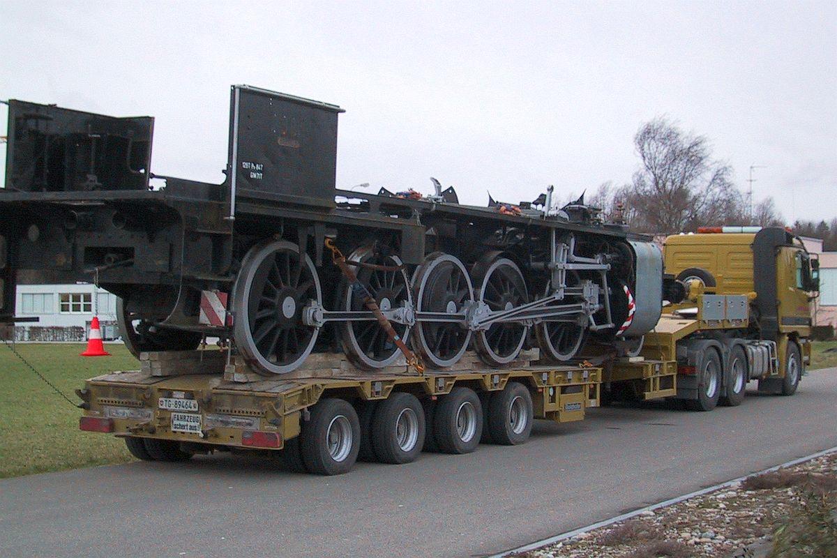 Rahmen und Triebwerk der C 5/6 2969 sind festgezurrt auf einem Tieflader und bereit für den Strassentransport nach Interlaken 23. Februar 2002 | Bild: M. Simmons