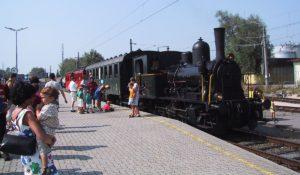 Tigerli E 3/3 Nr. 10 mit Nostalgiewagenzug am Bahnsteig Lustenau, umringt von Fahrgästen und Fotografen 10.08.2003 | Bild: M. Simmons