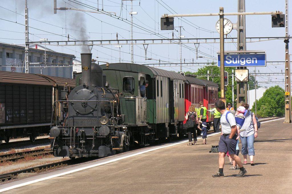 Die Komposition mit Dampflok Tigerli E 3/3 Nr. 10 und 3 historischen Wagen wartet in Sulgen auf Gleis 3 bis alle Fahrgäste aus- und eingestiegen sind | Bild: M. Simmons