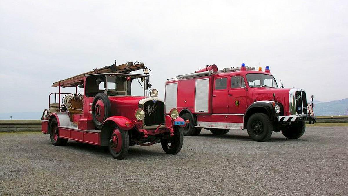 Zwei knallrote Feuerwehr-Oldtimer Saurer Schnauzer anlässlich der Arbon Classics, 2. Mai 2010 | Bild: Denise Giesser