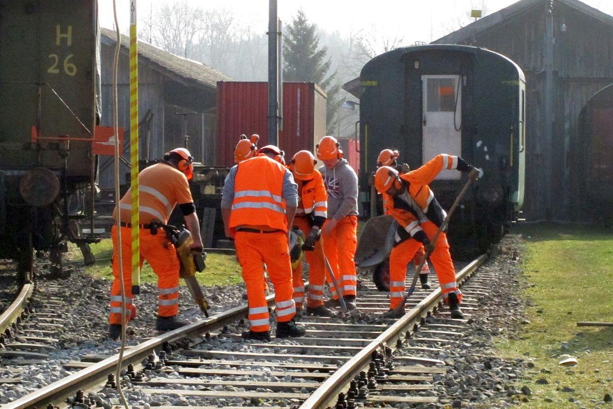 7 Gleisbaulehrlinge korrigieren die Gleislage vor der Remise Sulgen mittels stopfen & krampen von Hand 21. März 2016 | Bild: H.U. Kneuss