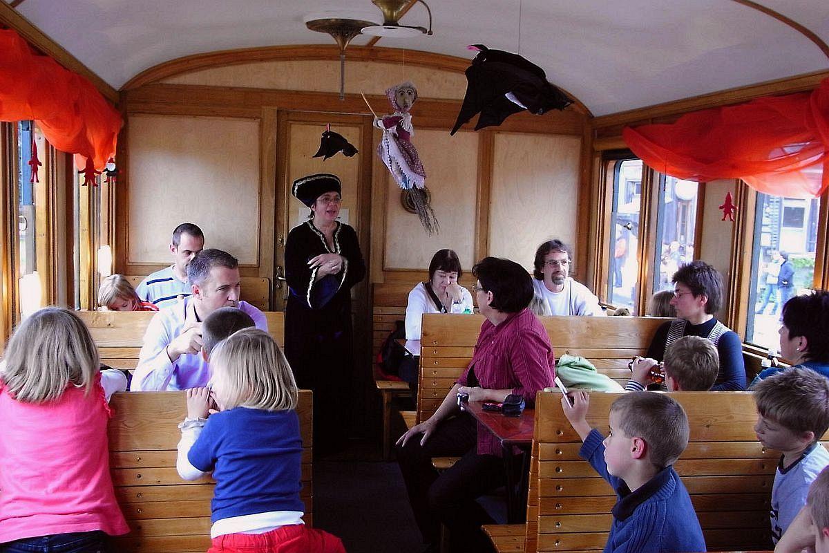 Kinder lauschen gespannt der Märlitante im historischen Personenwagen 25.10.2009 | Bild: H.U. Kneuss
