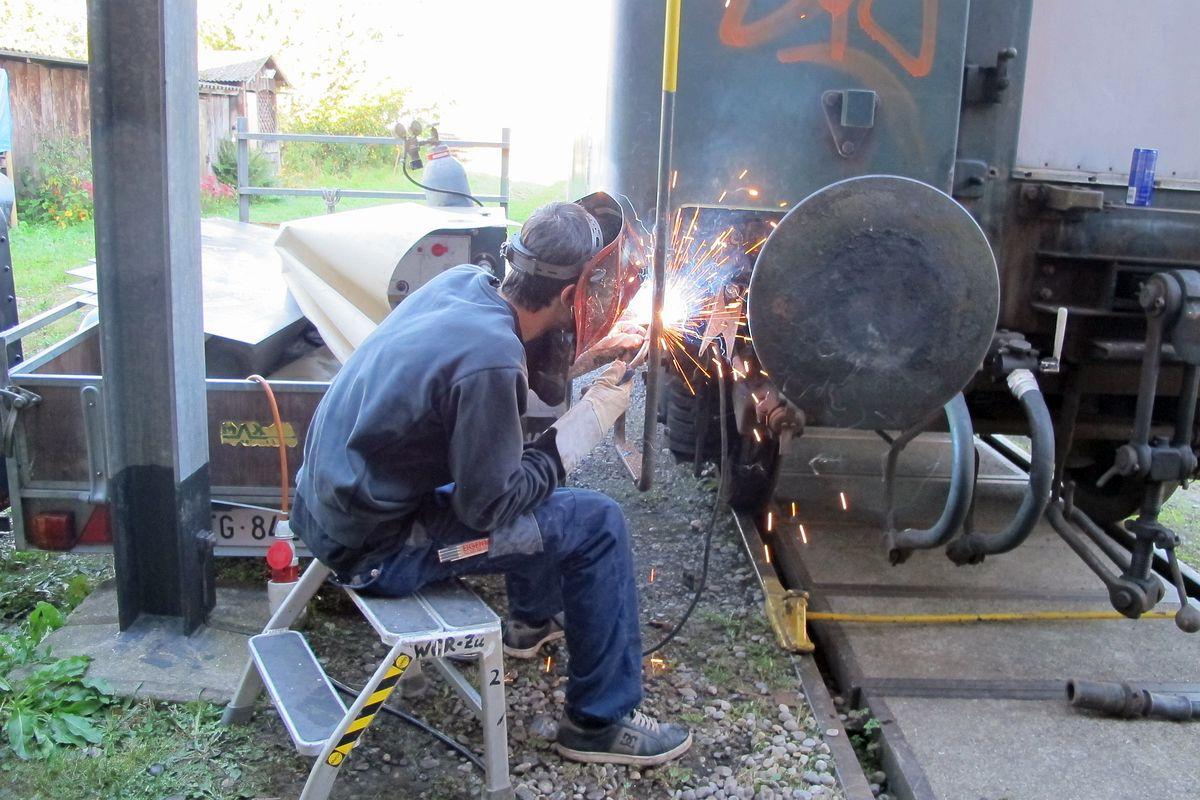 Ein Lehrling beim schweissen eines Bleckflickens an der Wagenecke eines Leichtstahlers 28.09.2012   Bild: H.U. Kneuss