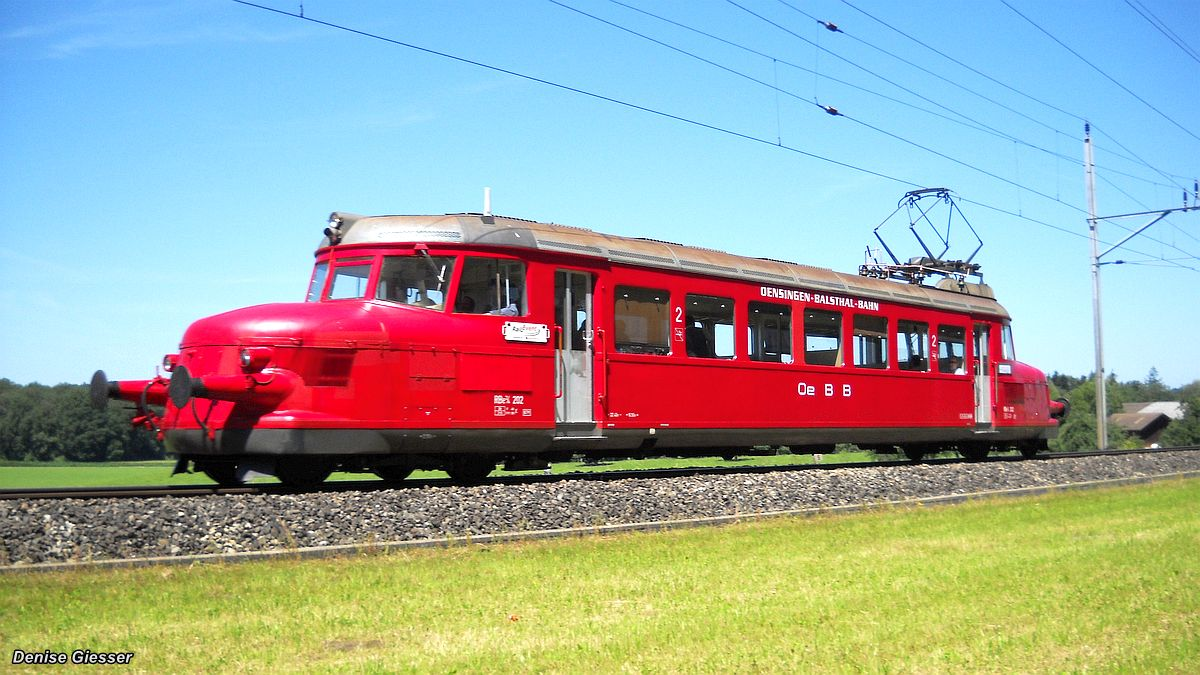 Der Rote Pfeil RBe 2/2 202 der OeBB bei schönstem Wetter auf freier Strecke Bischofszell - Hauptwil anlässlich den Pendelfahrten Rosenwoche am 26. Juni 2011 | Bild: Denise Giesser