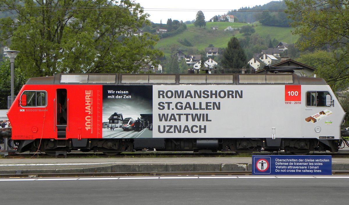 Moderne E.Lok Re 456 095 der SOB mit rot/silberner Werbeanschrift für das Jubiläum 100 Romanshorn-Uznach. Bahnhof Wattwil 18. September 2010 | Bild: M. Simmons