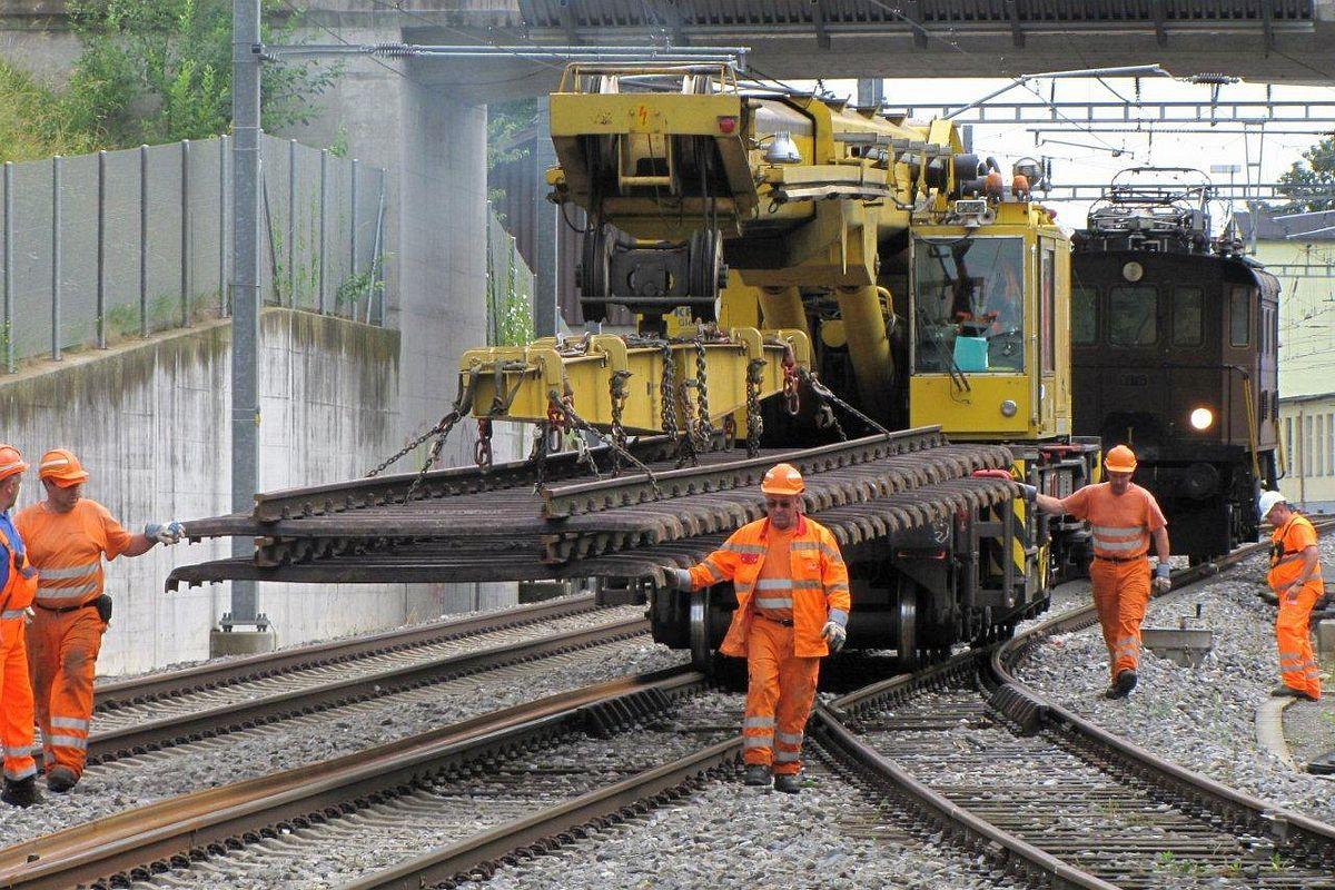 Scheinenkran mit 2 kompletten Gleisstücken inkl. montierte Schwellen, im Hintergrund unsere BT-14. Degersheim 06.07.2012 | Bild: Riccardo Keller
