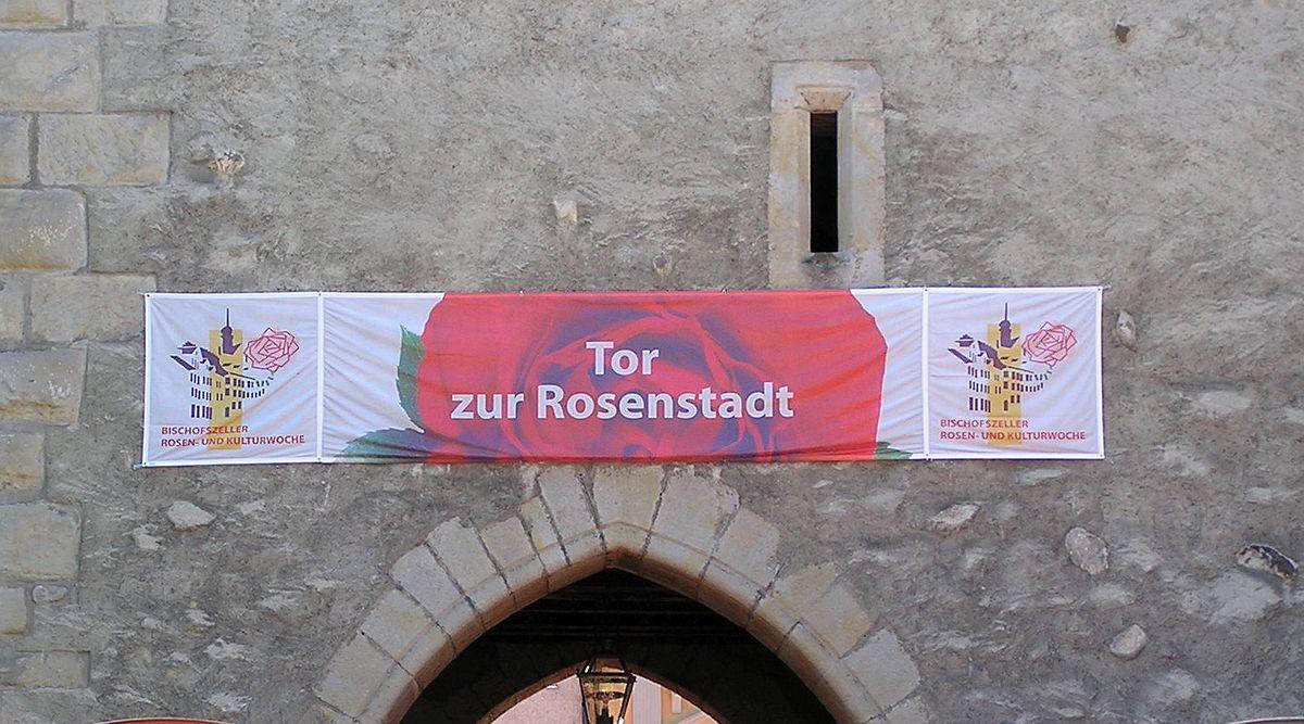 Ausschnitt Stadttor von Bischofszell mit Werbebanner der Rosenwoche. Aufnahmedatum 08. Juli 2007   Bild: R. Borer