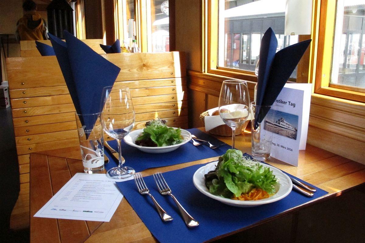 2 Teller mit schön angerichtetem Salatbouquet auf einem der Tische in der fahrenden «Thurgauer Stube» (C2 5820) 10.03.2016   Bild: H.U. Kneuss