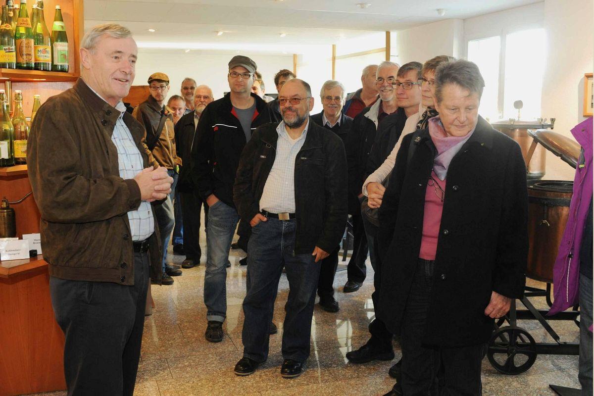 Patron Ernst Möhl hält ein kurze Ansprache im Ausstellungsraum der Firma bevor die Führung beginnt 01.11.2014   Bild: Fritz Heinze