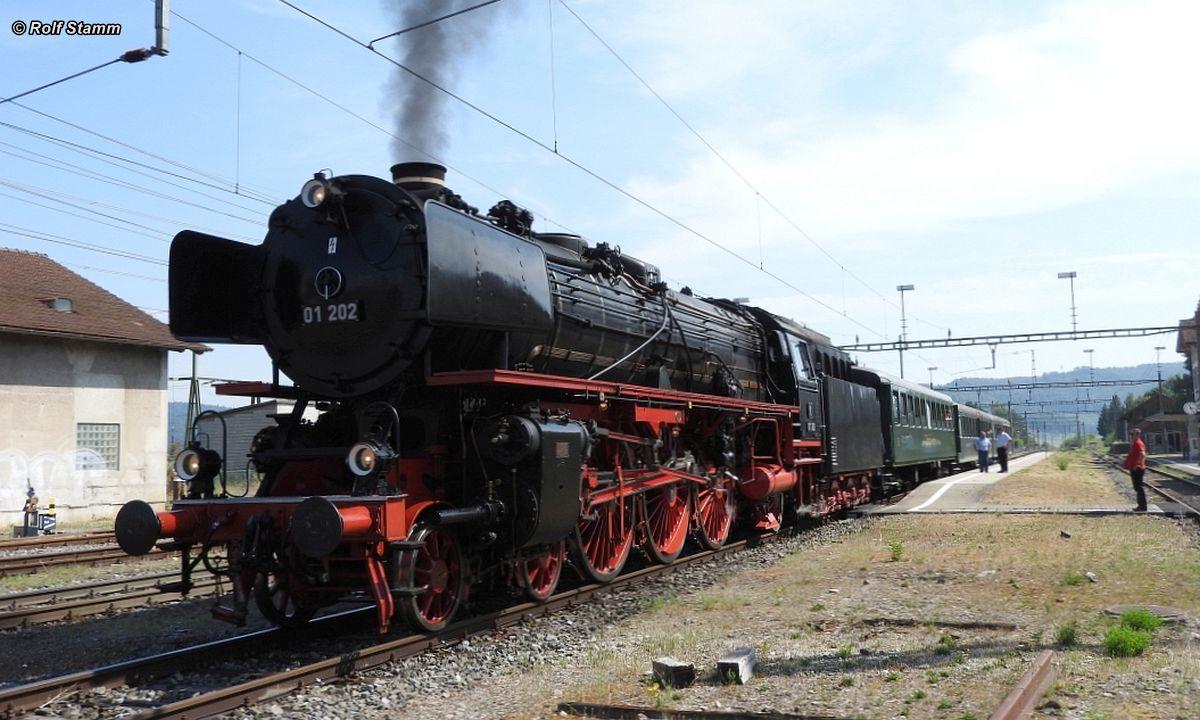 Die Dampflok Pacific 01 202 des gleichnamigen Vereins wartet mit unserem Extragzug in Etzwilen bis es weitergeht nach Schaffhausen, 09. August 2015| Bild: Rolf Stamm