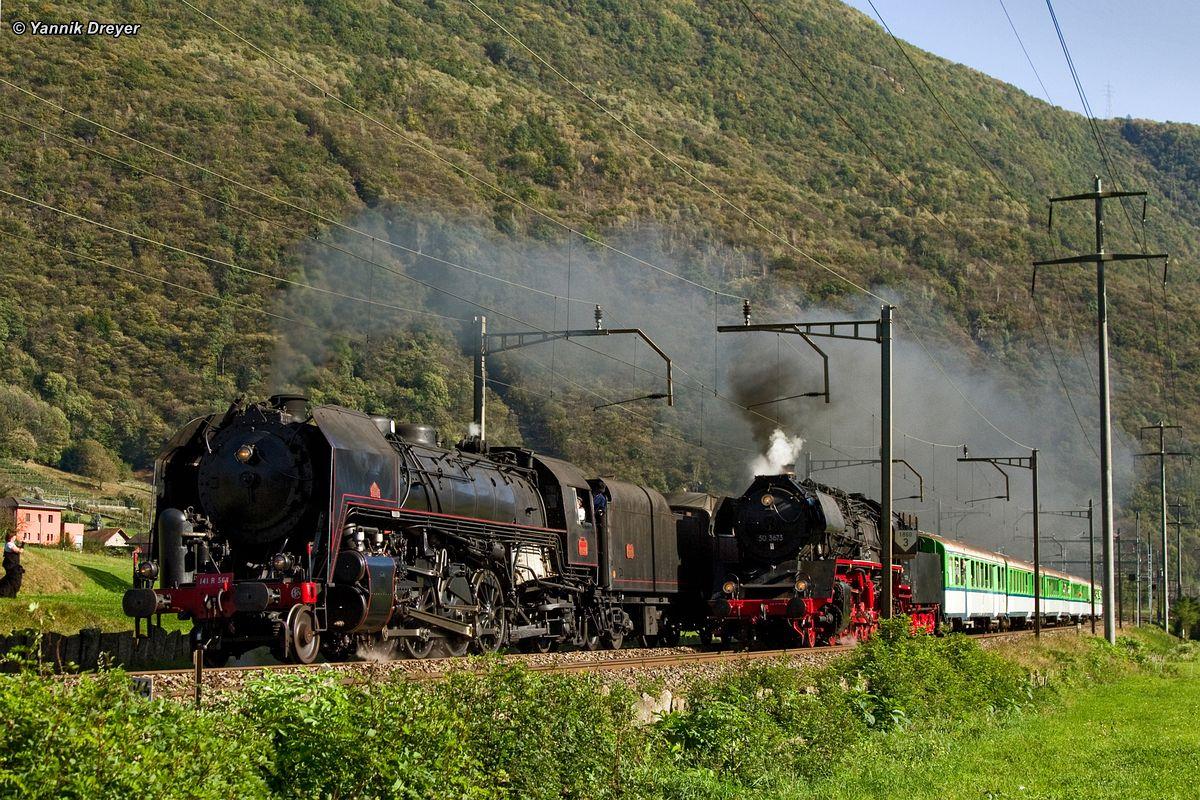 Die mächtigen Dampfloks 141 R 568 und 50 3673 posieren auf der Gotthard-Südrampe bei Biasca für die Fotografen am 21. Oktober 2012   Bild: Y. Dreyer