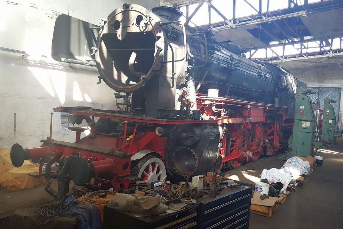 Eurovapor-Dampflok 23 058 steht teil-demontiert im Rechteckschuppen des ehemaligen Bw Heilbronn 22. Juni 2018 | Bild: EV-Gruppe 23058 /ZVG