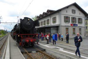 Die Eurovapor Nachkriegsdampflok 23 058 steht am Hausperron in Bischofszell Stadt anlässlich den Extrafahrten Rosenwoche 20. Juni 2010