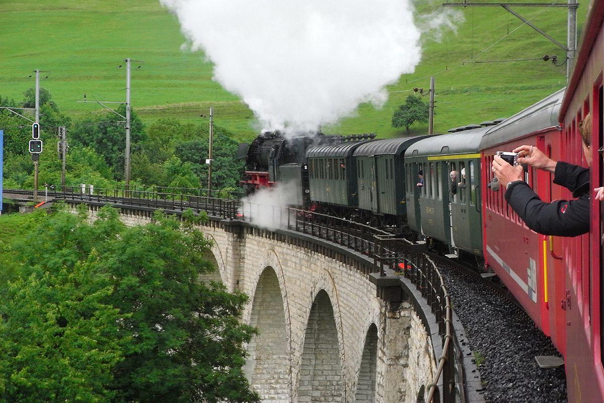 Unser Extrazug mit Dampflok 23 058 an der Spitze auf der Eglisauer Brücke. Das Einfahrsignal und das Vorszignal zeigen Freie Fahrt 19. Juni 2010 | Bild: H.U. Kneuss
