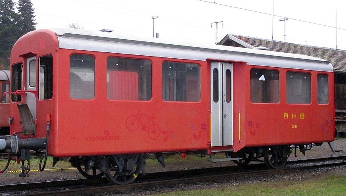 Der kurze, 2-Achsige Personenwagen im EW I - Look, so wie wir ihn von den RHB übernommen haben. Das rot ist schon etwas ausgebleicht. 23.12.2017 | Bild: H.U. Kneuss