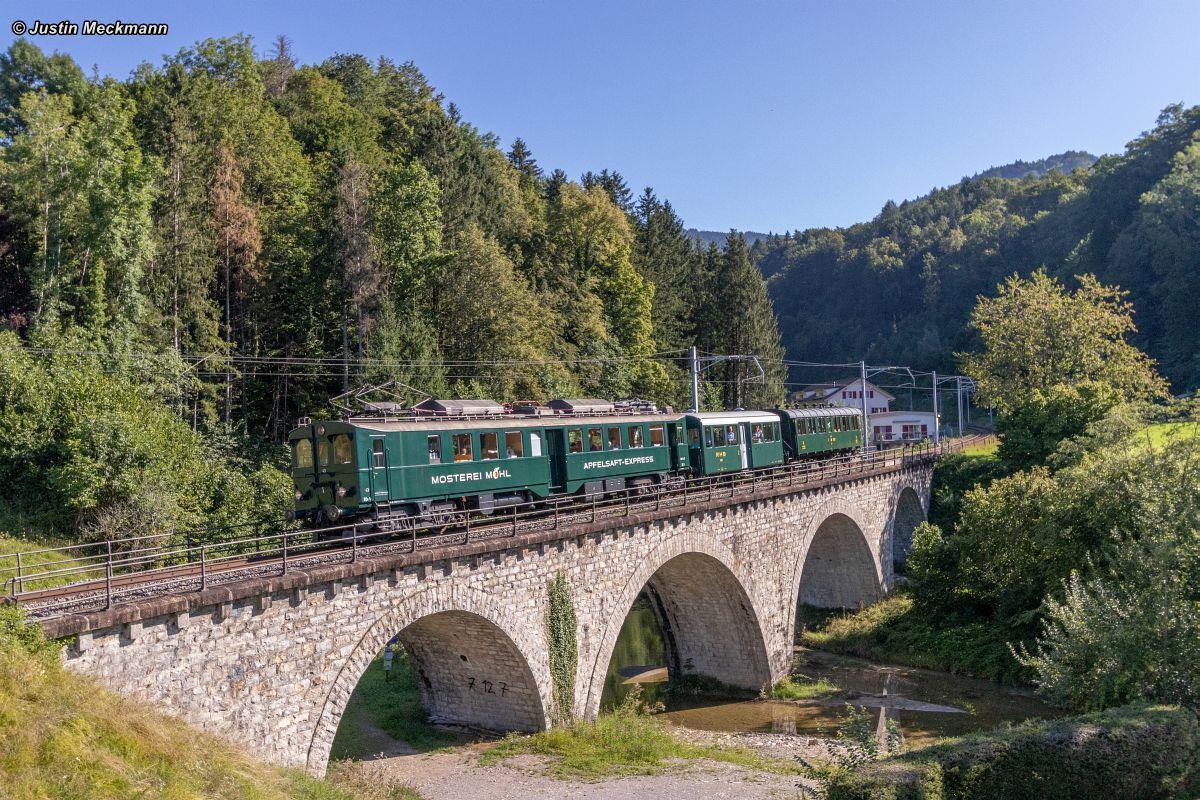 Apfelsaft-Express BDe 3/4 43 in der Vormittagssonne auf einer Brücke vor Kaltbrunn, am Haken der Fotowagen B 9 und die Thurgauer-Stube 18.08.2019   Bild: Justin Meckmann