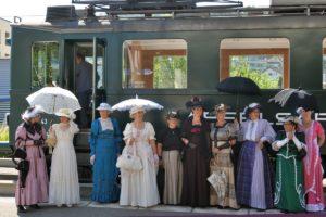 Eine bezaubernde Damengruppe aus der Belle-Époque gibt sich die Ehre vor unserem Apfelsaft-Express BDe 3/4 43 in Bischofszell Stadt anlässlich den Pendelfahrten Rosenwoche 22. Juni 2014 | Bild: H.R. Heierli