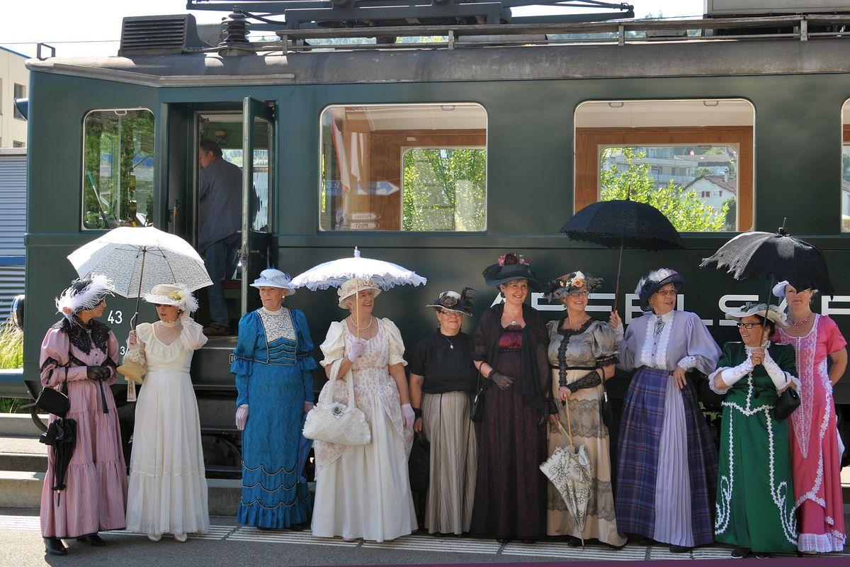 Eine bezaubernde Damengruppe aus der Belle-Époque gibt sich die Ehre vor unserem Apfelsaft-Express BDe 3/4 43 in Bischofszell Stadt anlässlich den Pendelfahrten Rosenwoche 22. Juni 2014   Bild: H.R. Heierli