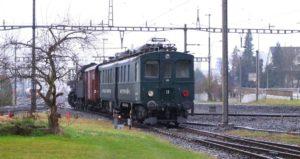Der funktionsunfähige, abgebügelte Apfelsaft-Express BDe 3/4 43 wird von der C 5/6 2969 rückwärts ins Anschlussgleis der Remise Sulgen geschoben, 17.03.2018 | Bild: H.U. Kneuss