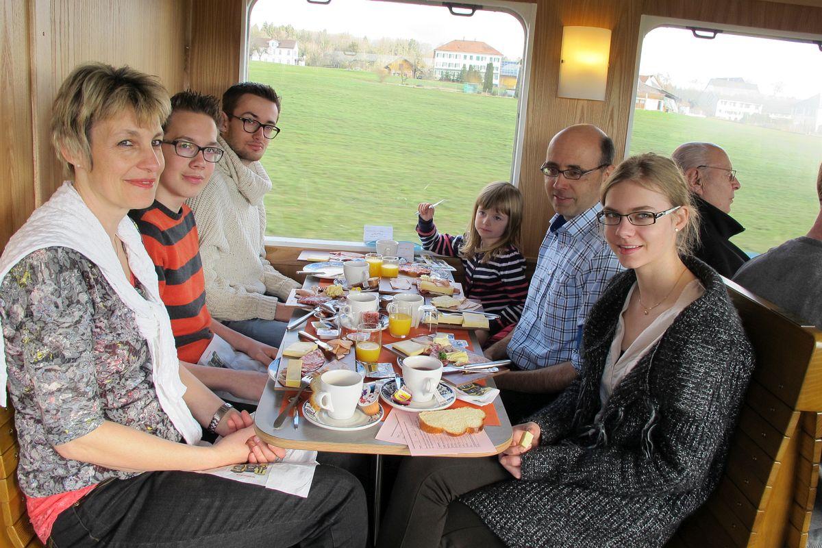 Eine Sechs-Köpfige Familie hat gut Platz am Tisch im Apfelsaft-Express um ausgiebig zu Brunchen während der Fahrt vom 23. Februar 2014 | Bild: H.U. Kneuss