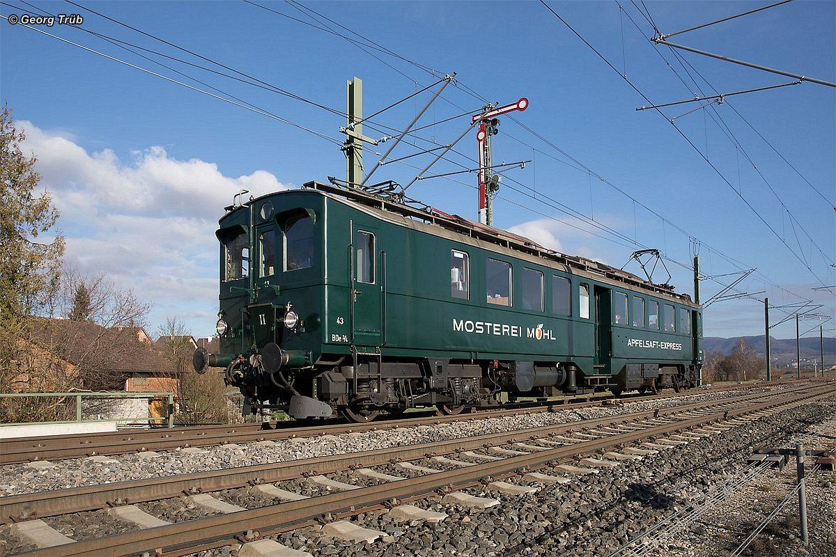Apfelsaft-Express BDe 3/4 43 sonnt sich in beim Flügel-Ausfahrsignal Seite Neunkirch des Bahnhofs Wilchingen-Hallau 03. Dezember 2016   Bild: Georg Trüb