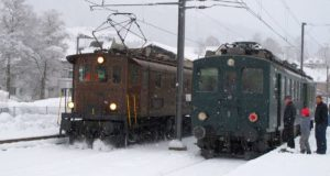 Es schneit und es liegt schon etwas Schnee in Nesslau als Be 4/4 BT-14 den Apfelsaft-Express BDe 3/4 43 umfährt. 16.12.2017 | Bild: H.U. Kneuss