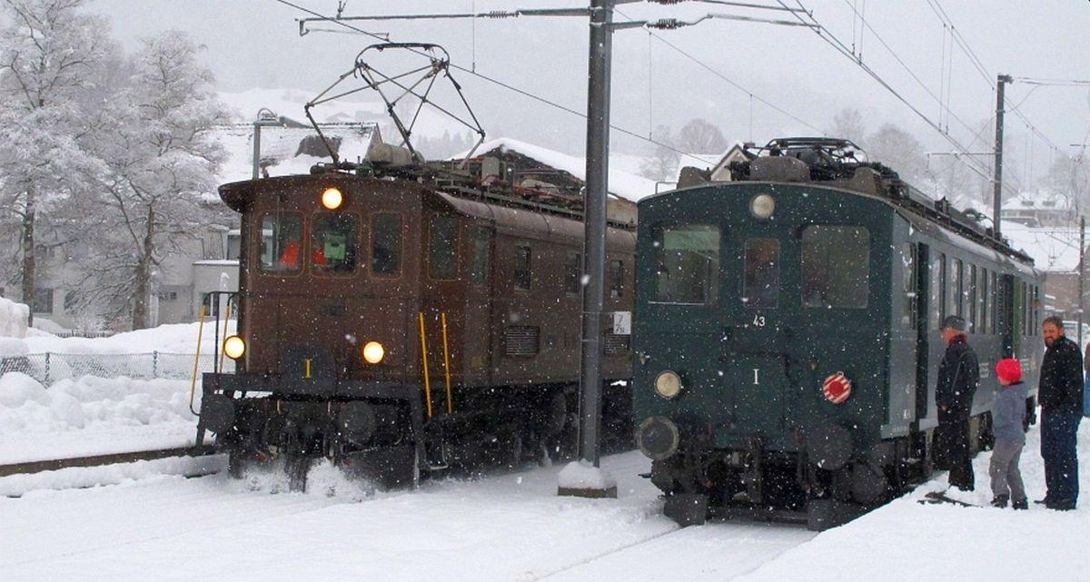 Es schneit und es liegt schon etwas Schnee in Nesslau als Be 4/4 BT-14 den Apfelsaft-Express BDe 3/4 43 umfährt. 16.12.2017   Bild: H.U. Kneuss