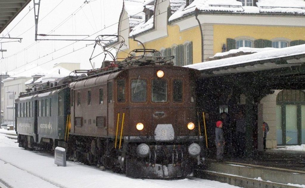 Der defekte Apfelsaft-Express BDe 3/4 43 wird vom Elektroveteran Be 4/4 BT-14 gezogen. Bahnhof Wattwil 16. Dezember 2017   Bild: H.U. Kneuss