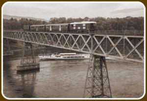 Diesellokomotive Bm 4/4 II 18451 mit 2 Leichtstahlwagen und einem Gepäckwagen auf der Hemishofer Brücke, gleichzeitig fährt ein Personenschiff unten durch. Schwarzweiss Foto als Postkartenachbildung 30. September 2012   Bild: Georg Trüb