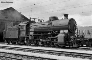 Historisches Foto in schwarz-weiss der SBB C 5/6 2958 vor dem Depot Olten, aufgenommen am 09. August 1964 von Brian Stephenson