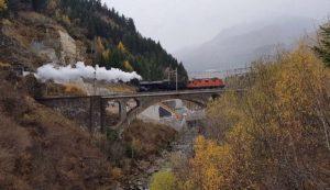 C 5/6 2969 mit Vorspann einer Re 4/4'' auf einer der Brücken der Gotthardstrecke, 29.10.2017 | Bild: Gerd Hilligardt