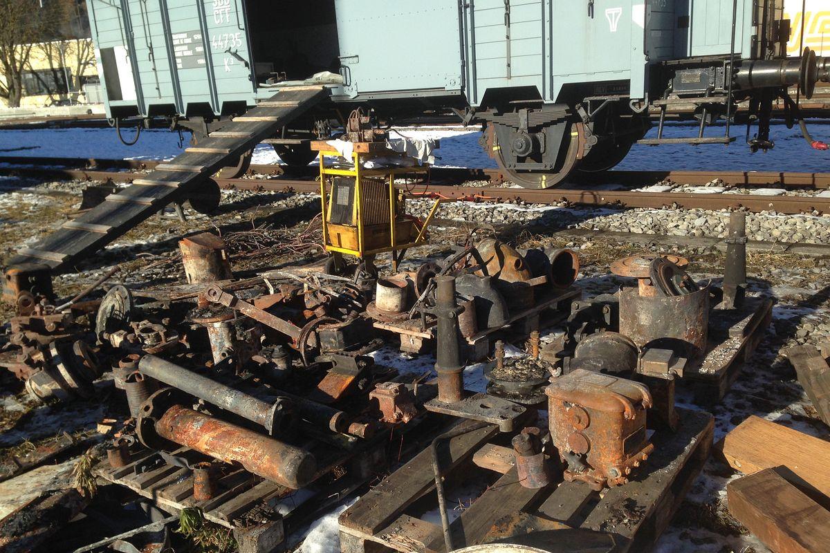Kleinteile der C 5/6 2969 welche noch zu retten waren, liegen auf dem Areal der BDB-Werkstätte Interlaken zum Einlad in unseren mitgebrachten K 3 44735 bereit, 04.12.2013 | Bild: Gerd Hilligardt