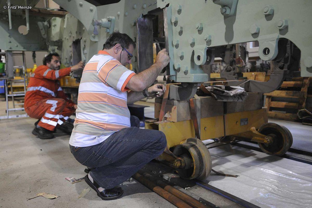 Johann und Giovanni beim Vermessen des Rahmens der C 5/6 2969 in der Werkstatt der BDB in Interlaken | Bild: Fritz Heinze