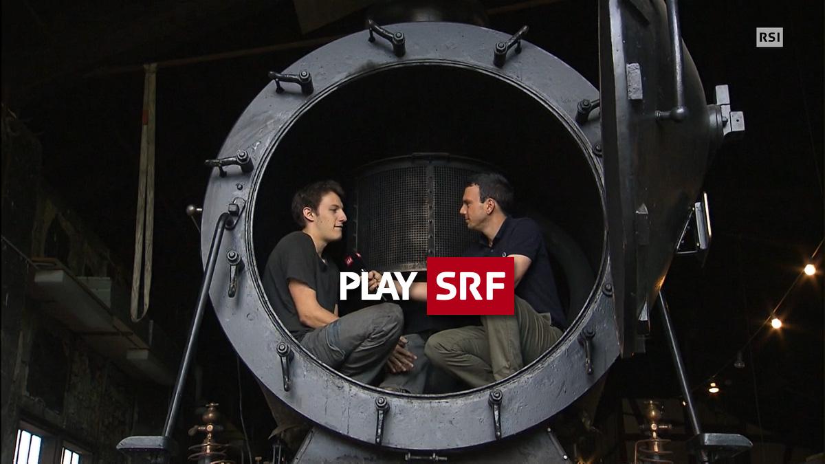 Standbild aus TV-Bericht des Tessiner Fernsehens RSI: Riccardo wird in der Rauchkammer der C 5/5 2969 vom Moderator interviewt. 30.07.2017   Quelle: RSI/SRF