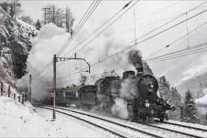 C 5/6 2969 kämpft sich im Schneegestöber mit einem Extrazug die Gotthard-Nordrampe hinauf am 20. März 2018 | Bild: Georg Trüb