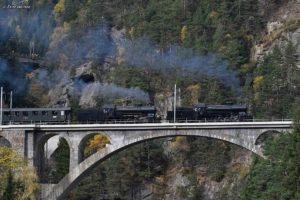 Doppeltraktion C 5/6 2969 und C5/6 2978 auf der mittleren Maienreussbrücke am 21. Oktober 2017 | Bild: Fritz Heinze