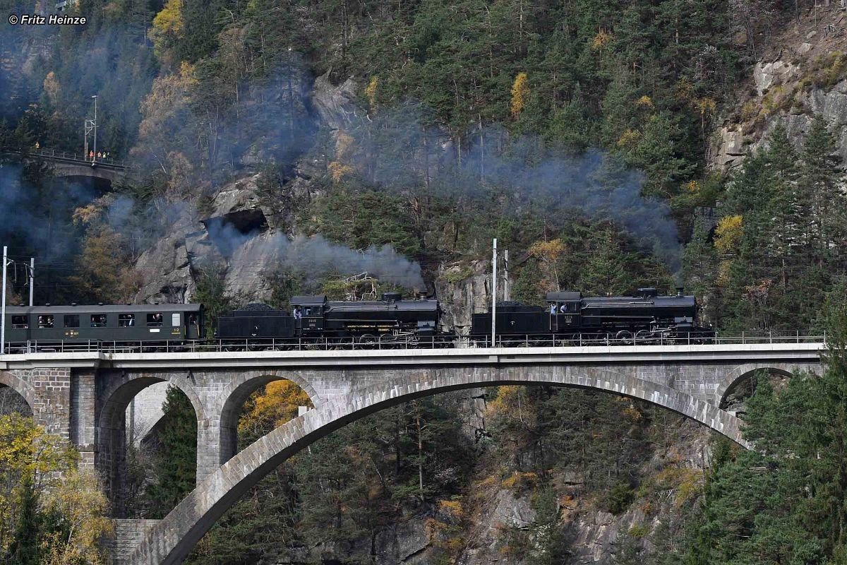 Doppeltraktion C 5/6 2969 und C5/6 2978 auf der mittleren Maienreussbrücke am 21. Oktober 2017   Bild: Fritz Heinze