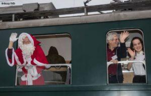 Chlaus und Servicepersonal winken zum Apfelsaft-Express BDe 3/4 43 hinaus. 02.12.2018 | Bild: Georg Trüb