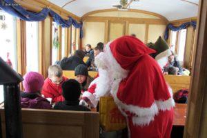 Chlaus & Schmutzli verteilen Chlaussäckli im historischen Personenwagen C 5820 «Appenzeller-Stube» während den Chlausfahrten am 02. Dezember 2012 | Bild: Rolf Stamm